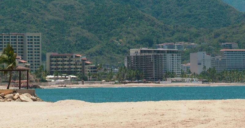 Playa vacía en Puerto Vallarta por contingencia del COVID-19