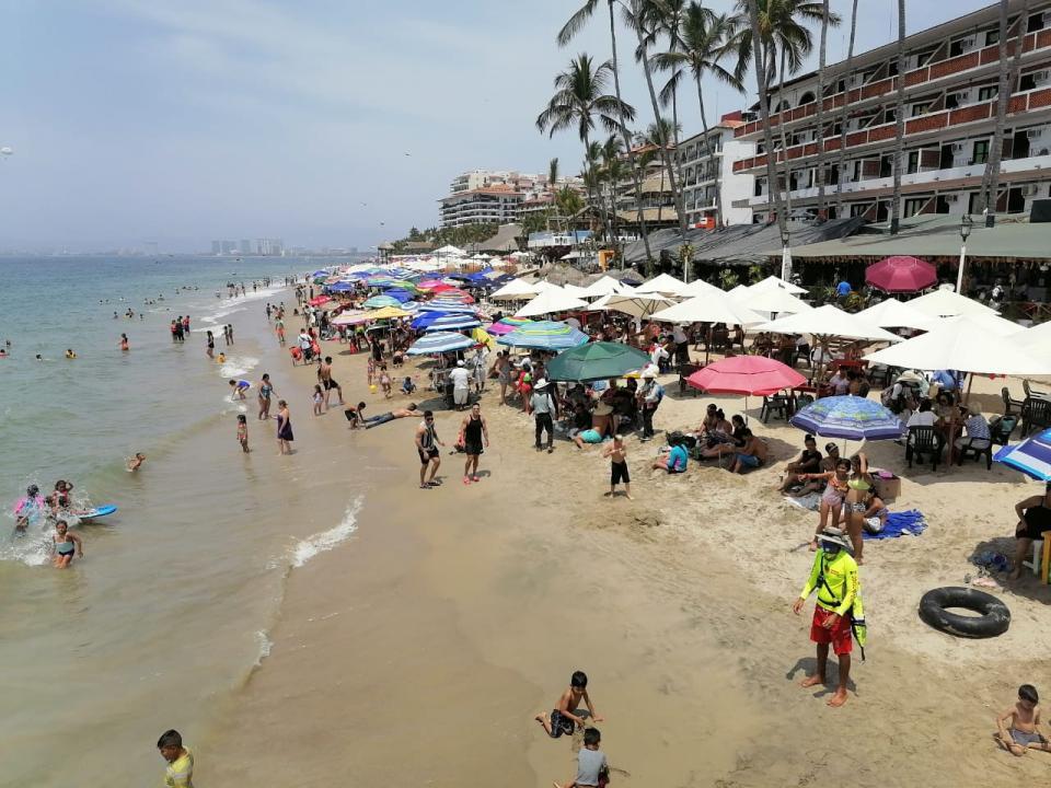 Turistas en Playa Los Muertos, Puerto Vallarta